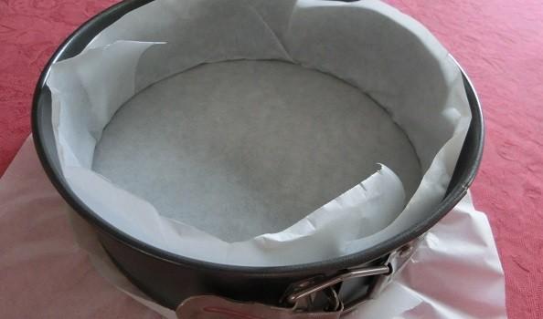 Preparamos el molde, con papel de hornear o film transparente.