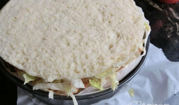 Se coloca invertida, para que el fondo de la tarta quede regular.