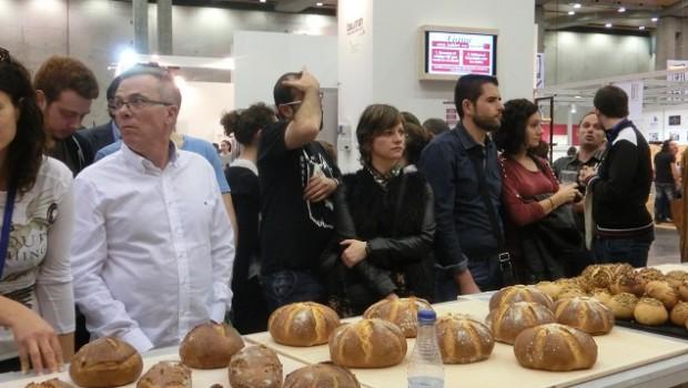 El público esperando que el pan se enfriara para la degustación final.