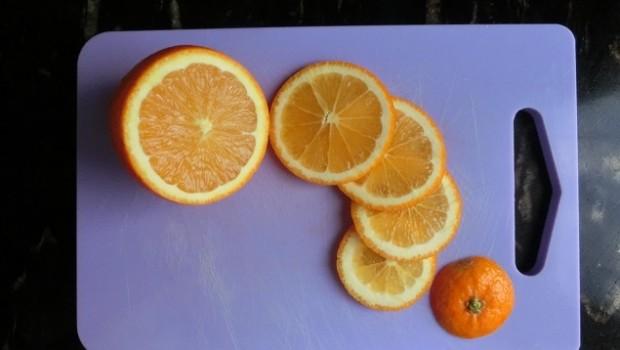 No hay que olvidar girar la naranja al cortar.