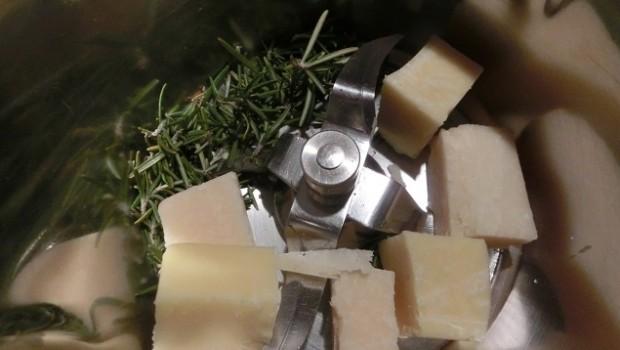 Trituramos el queso con el romero.
