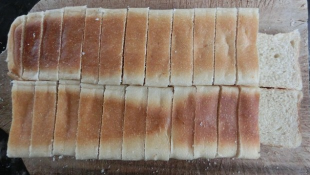 Cortar el pan en rebanadas de algo más de un centímetro de grosor.