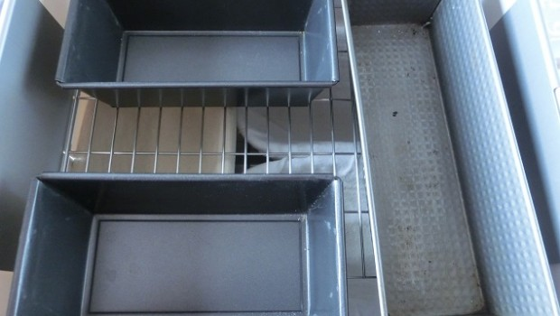 En realidad, habría que invertir y poner los moldes debajo, para que circule el aire caliente hacia arriba.