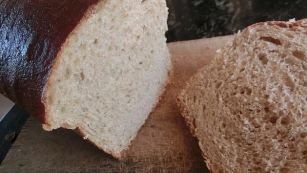 Un pan de tostadas y sandwiches.