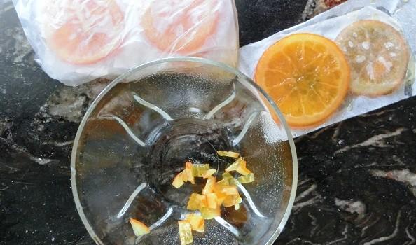 Trocear las naranjas confitadas.